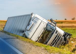 7 práticas para evitar tombamento de caminhões